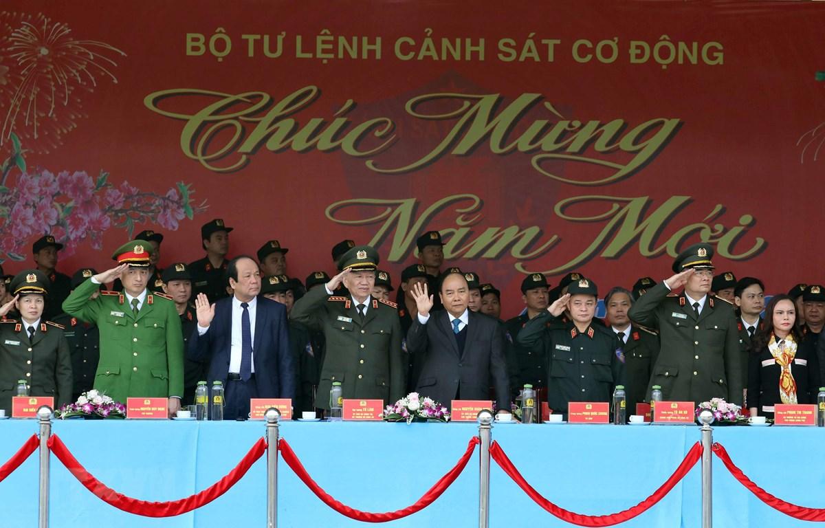 Thủ tướng kiểm tra công tác sẵn sàng chiến đấu của lực lượng Cảnh sát cơ động. (Ảnh: Thống Nhất/TTXVN)