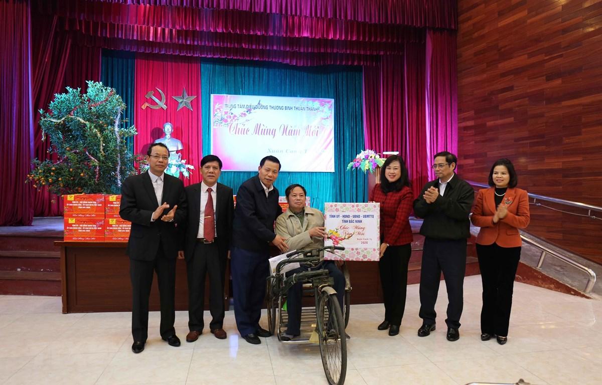 Đồng chí Phạm Minh Chính (thứ 2 từ phải) cùng các đồng chí lãnh đạo tỉnh Bắc Ninh tặng quà Trung tâm Điều dưỡng thương binh Thuận Thành. (Ảnh: Thanh Thương - TTXVN)