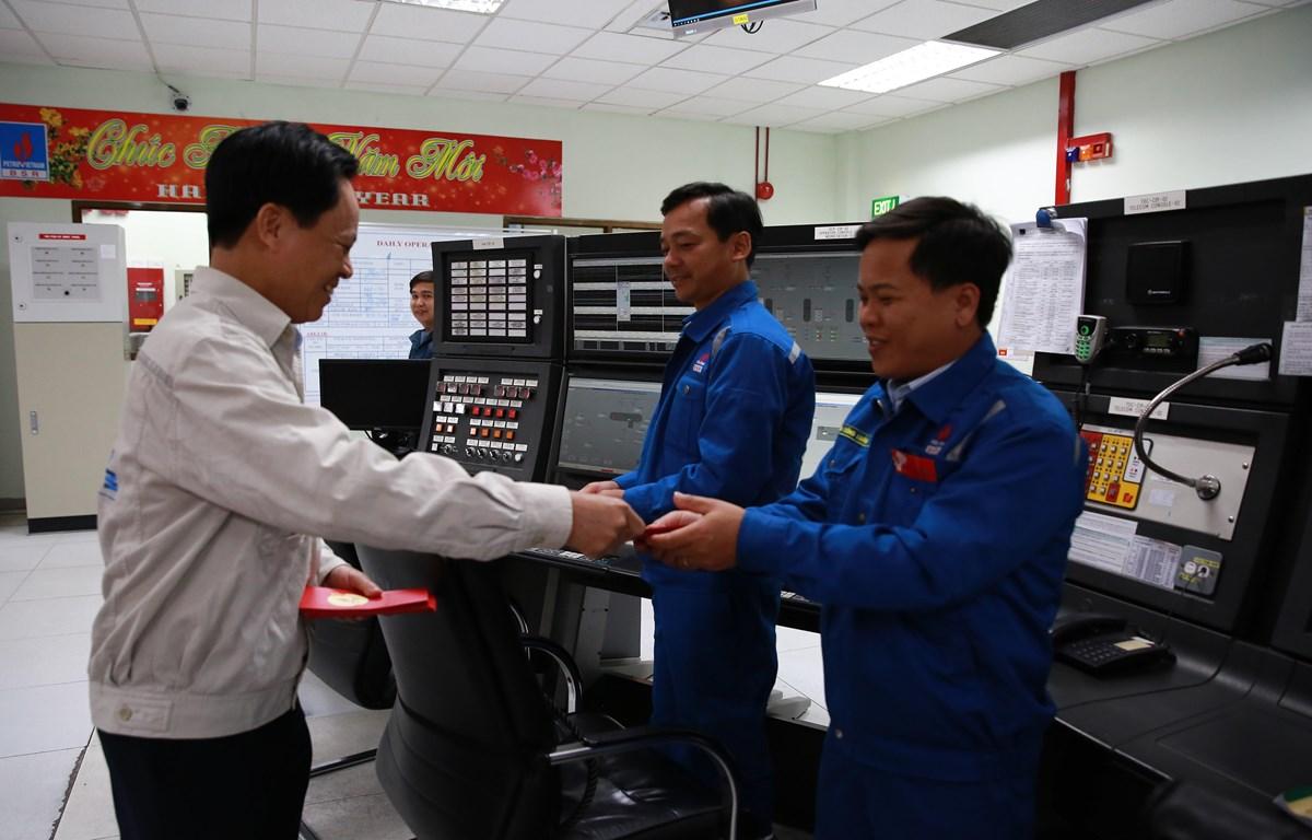 Phó Tổng Giám đốc Nguyễn Văn Hội thăm và chúc tết nhân sự vận hành tại Phòng Điều khiển trung tâm đêm giao thừa.