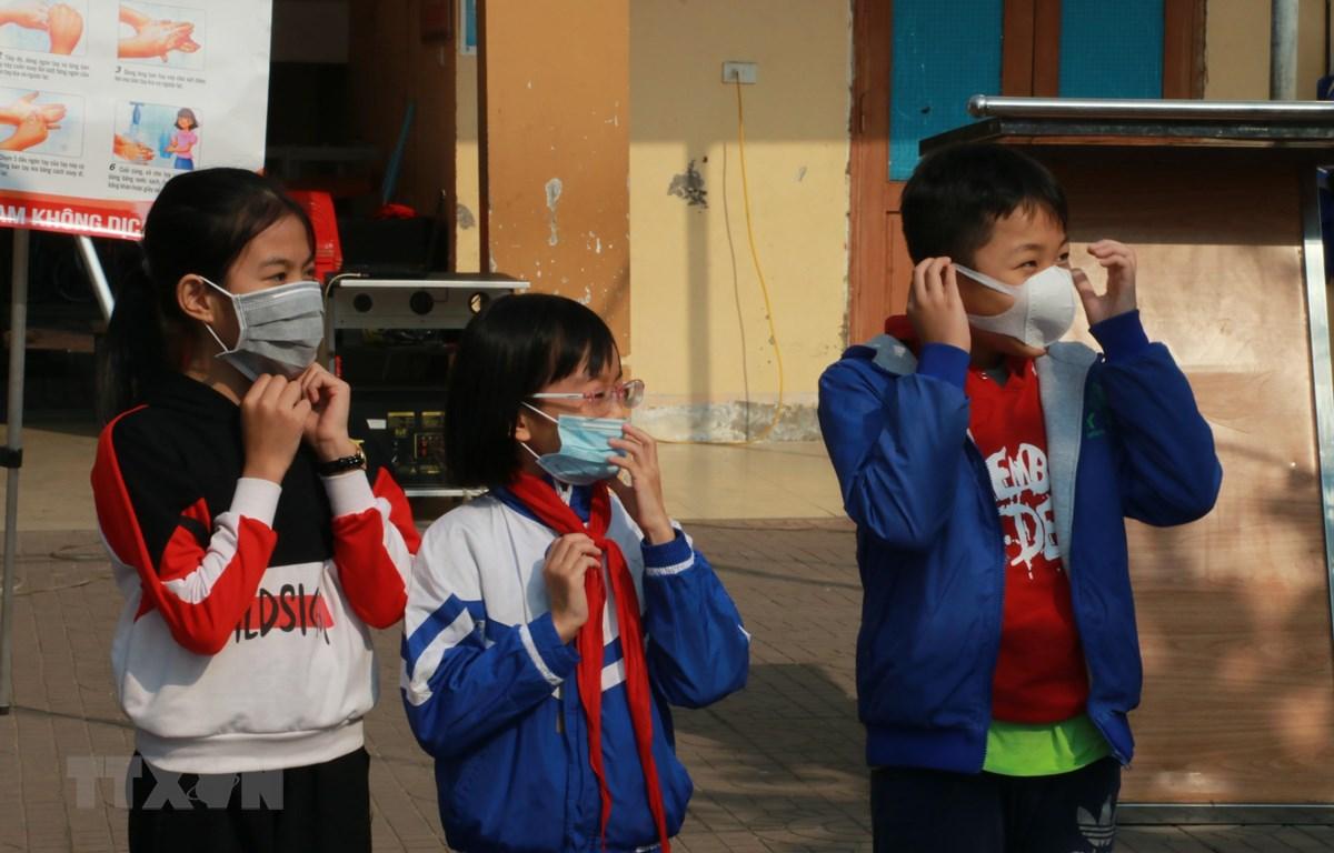 Nhiều học sinh Nghệ An mang theo khẩu trang khi đến trường. (Ảnh: Bích Huệ/TTXVN)