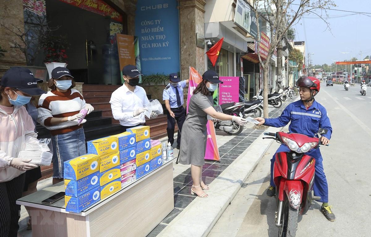 Một điểm phát khẩu trang miễn phí tại thành phố Điện Biên Phủ. (Ảnh: Xuân Tư/TTXVN)
