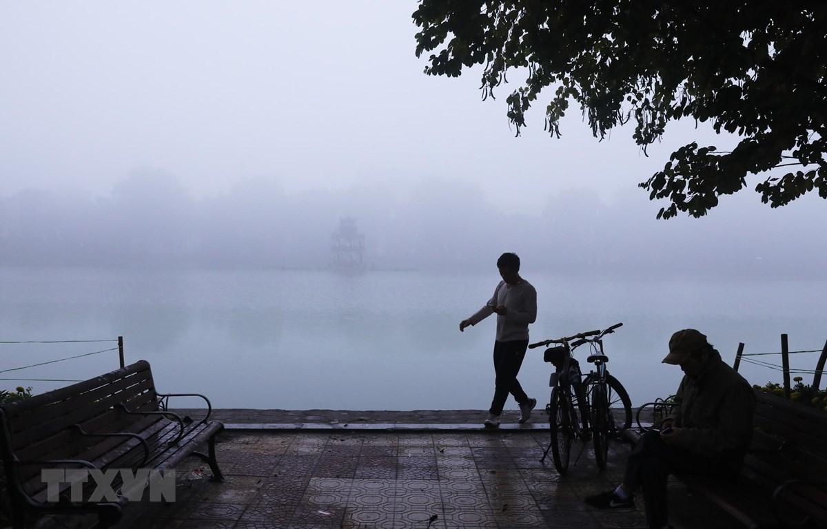 Hồ Hoàn Kiếm trong sương sớm. (Ảnh: Lâm Khánh/TTXVN)