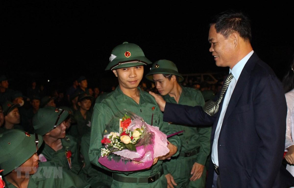 Bí thư Tỉnh ủy, Chủ tịch HĐND tỉnh Phú Yên Huỳnh Tấn Việt động viên thanh niên lên đường nhập ngũ. (Ảnh: Xuân Triệu/TTXVN)