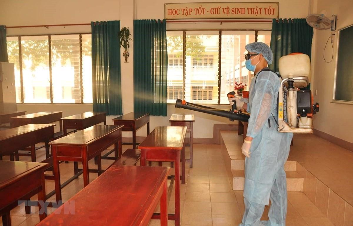 Phun xịt khử trùng tại các trường học trên địa bàn thành phố Đồng Xoài. (Ảnh: TTXVN phát)