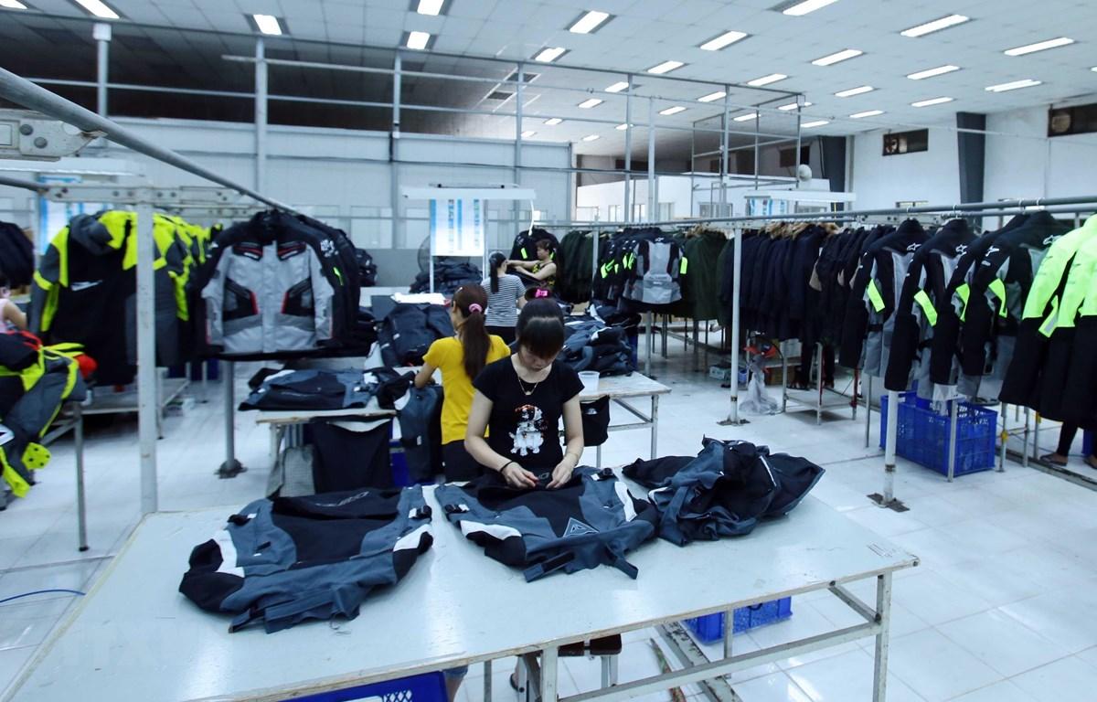 Sản xuất các mặt hàng may mặc tại Công ty TNHH Kydo có vốn đầu tư Hàn Quốc tại Khu Công nghiệp Phố nối A, Hưng Yên. (Ảnh: Phạm Kiên/TTXVN)