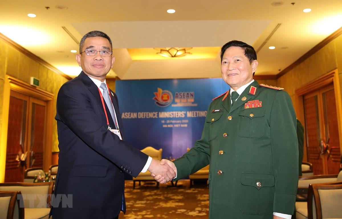 Đại tướng Ngô Xuân Lịch, Bộ trưởng Bộ Quốc phòng gặp song phương Đại tướng Chaichan Changmongkol, Thứ trưởng Bộ Quốc phòng Thái Lan. (Ảnh: Dương Giang/TTXVN)