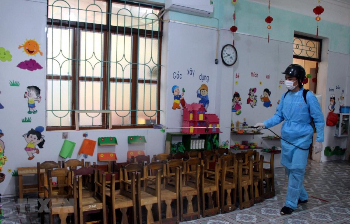 Phun hóa chất tiêu độc khử trùng tại trường Tiểu học Tam Hiệp (Yên Thế, Bắc Giang). (Ảnh: Đồng Thúy/TTXVN)