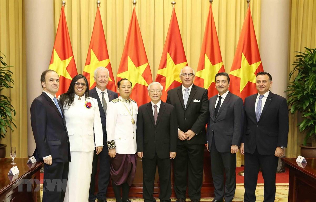 Tổng Bí thư, Chủ tịch nước Nguyễn Phú Trọng chụp ảnh chung các Đại sứ. (Ảnh: Phương Hoa/TTXVN)