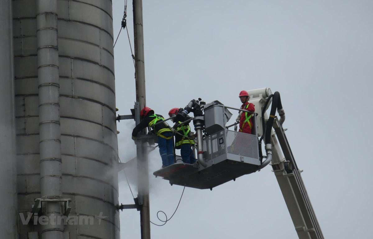 Lắp cùm và bơm kem cho vị trí bị thủng đường ống hơi nước trên tháp T-2103, phân xưởng Thu hồi Propylene. (Nguồn: Vietnam+)