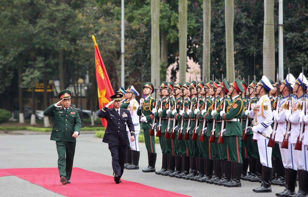 Thượng tướng Phan Văn Giang và Đại tướng Yamazaki Koji duyệt đội danh dự Quân đội nhân dân Việt Nam. )Ảnh: Dương Giang/TTXVN)