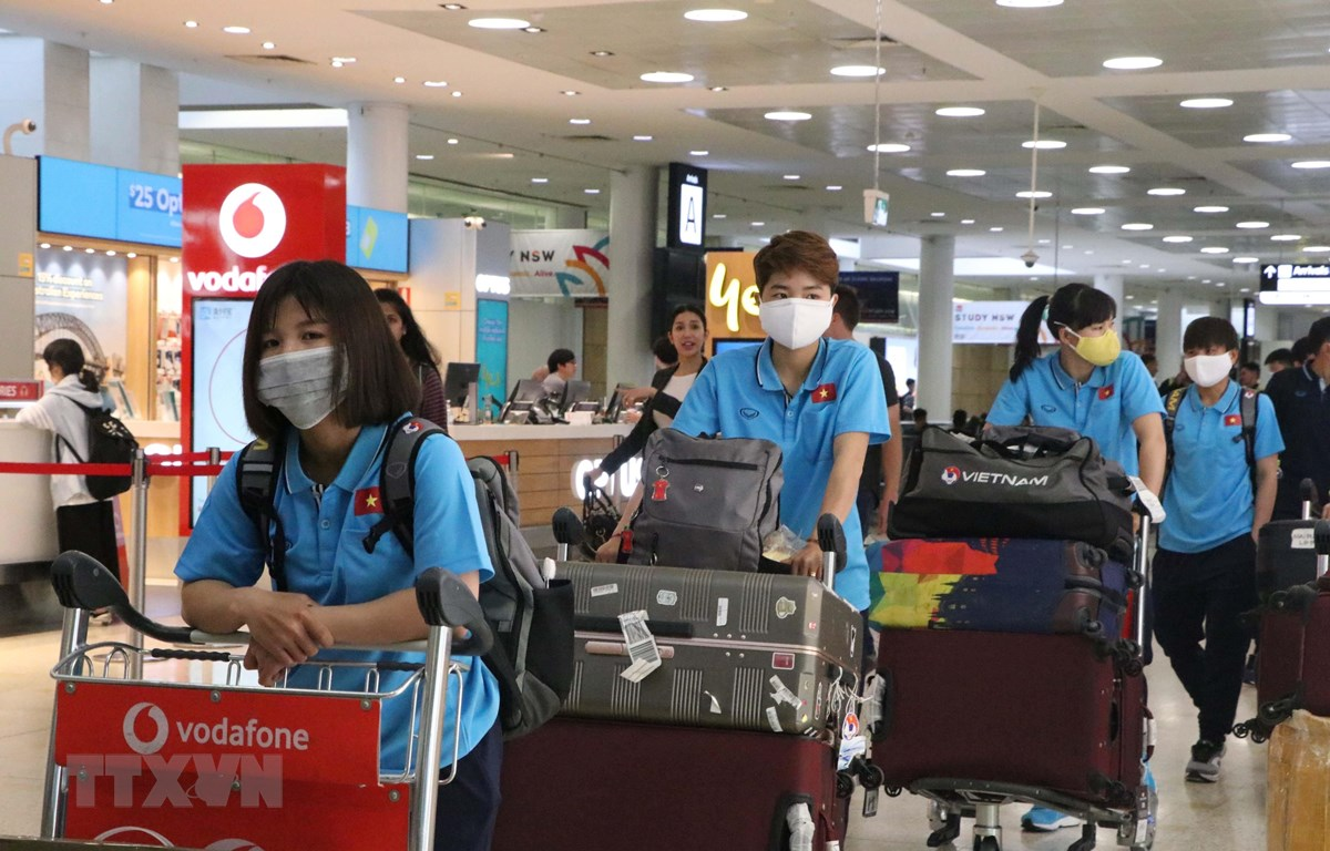 Đội tuyển bóng đá nữ Việt Nam tới sân bay quốc tế Sydney sáng ngày 3/3. (Ảnh: Nguyễn Minh/TTXVN)