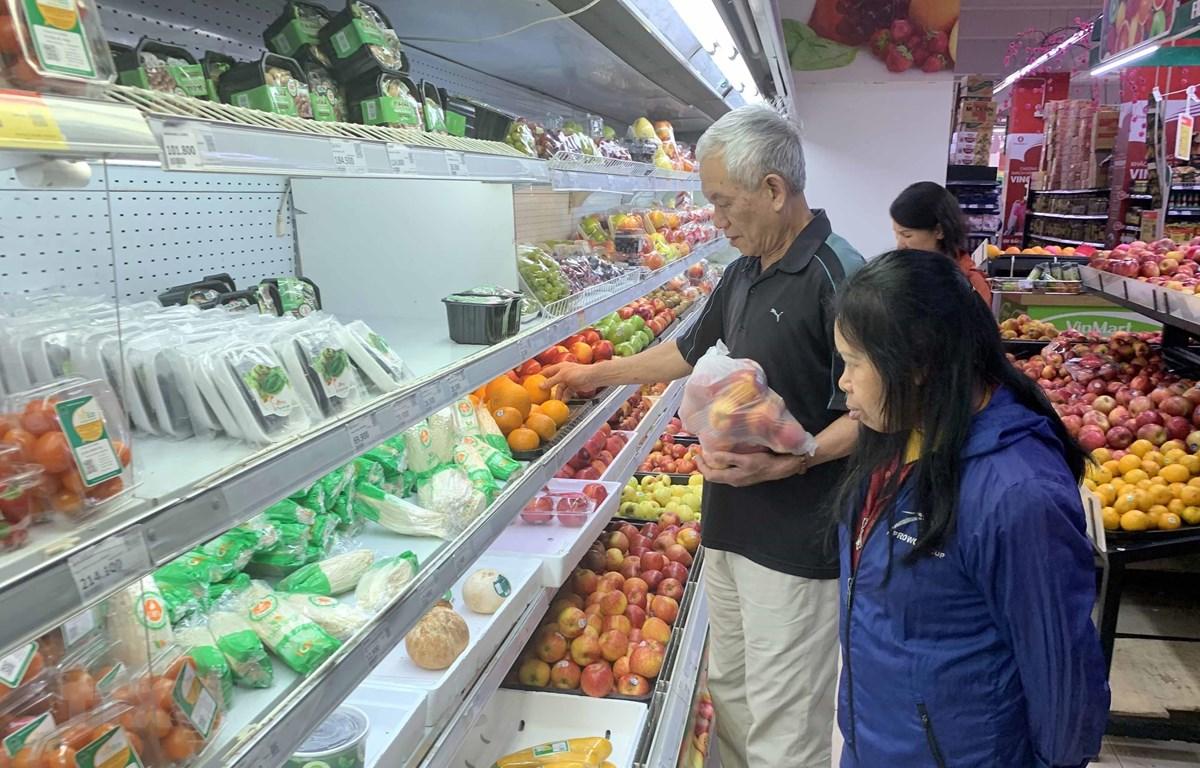 Người dân lựa chọn mua đồ tại hê thống siêu thị Vinmart (thành phố Hưng Yên). (Ảnh: Phạm Kiên/TTXVN)
