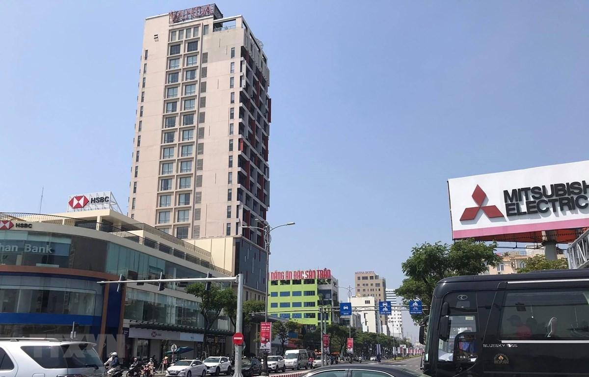 Toàn cảnh khách sạn Vanda (đường Nguyễn Văn Linh, quận Hải Châu, thành phố Đà Nẵng) nơi 2 du khách người Anh nhiễm virus SARS-Cov-2 lưu trú. (Ảnh: Văn Dũng/TTXVN)