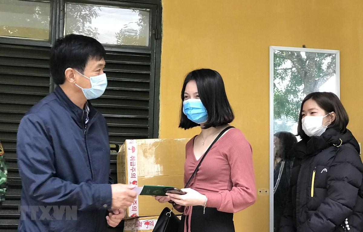 Đại diện Trung tâm Kiểm soát bệnh tật tỉnh Thanh Hóa trao giấy chứng nhận cho 166 công dân. (Ảnh: Hoa Mai/TTXVN)