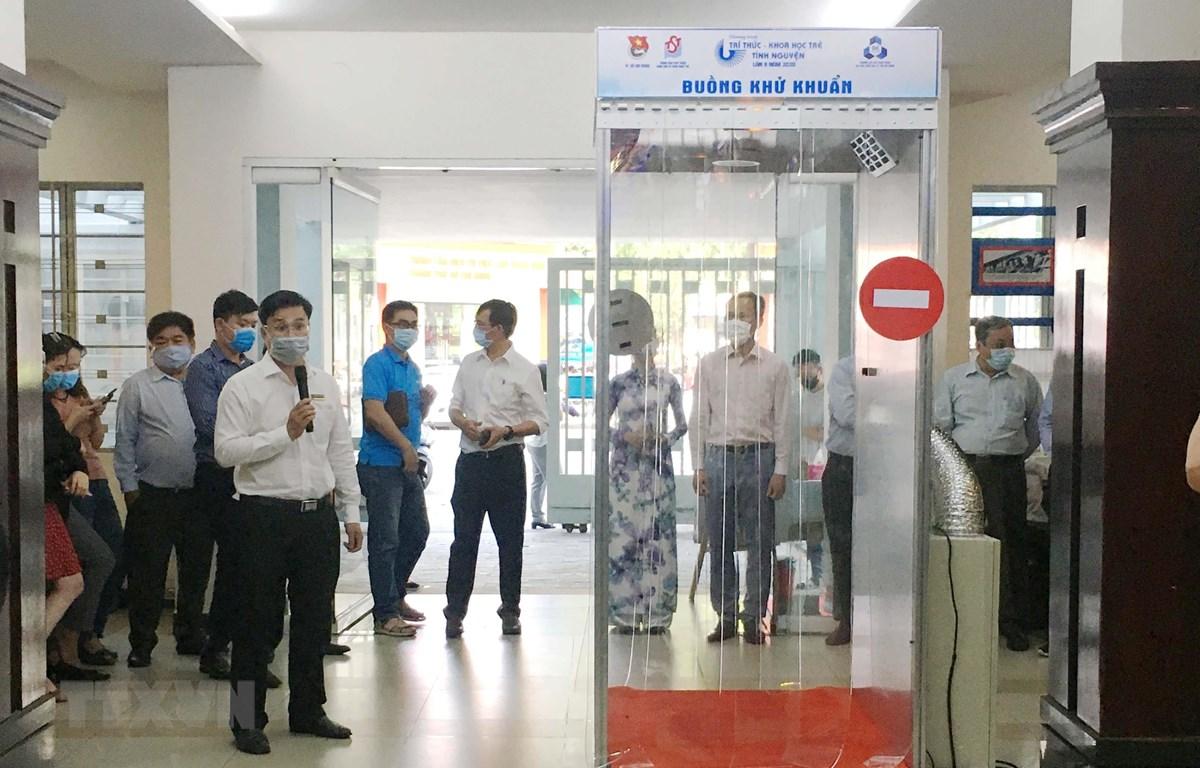 Ông Đoàn Kim Thành, Giám đốc Trung tâm Phát triển Khoa học và Công nghệ Trẻ thành phố phát biểu tại buổi giới thiệu buồng khử khuẩn. (Ảnh: Thanh Vũ/TTXVN)