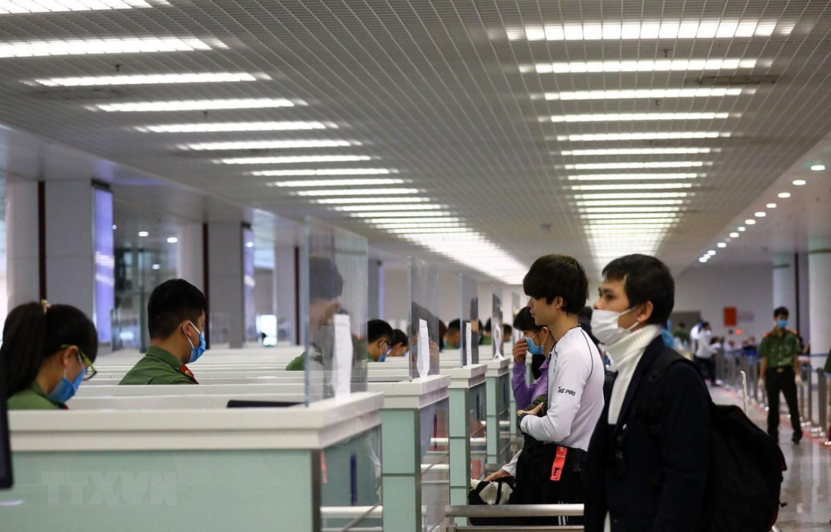 Hành khách làm thủ tục nhập cảnh tại sân bay quốc tế Nội Bài. (Ảnh: Huy Hùng/TTXVN)