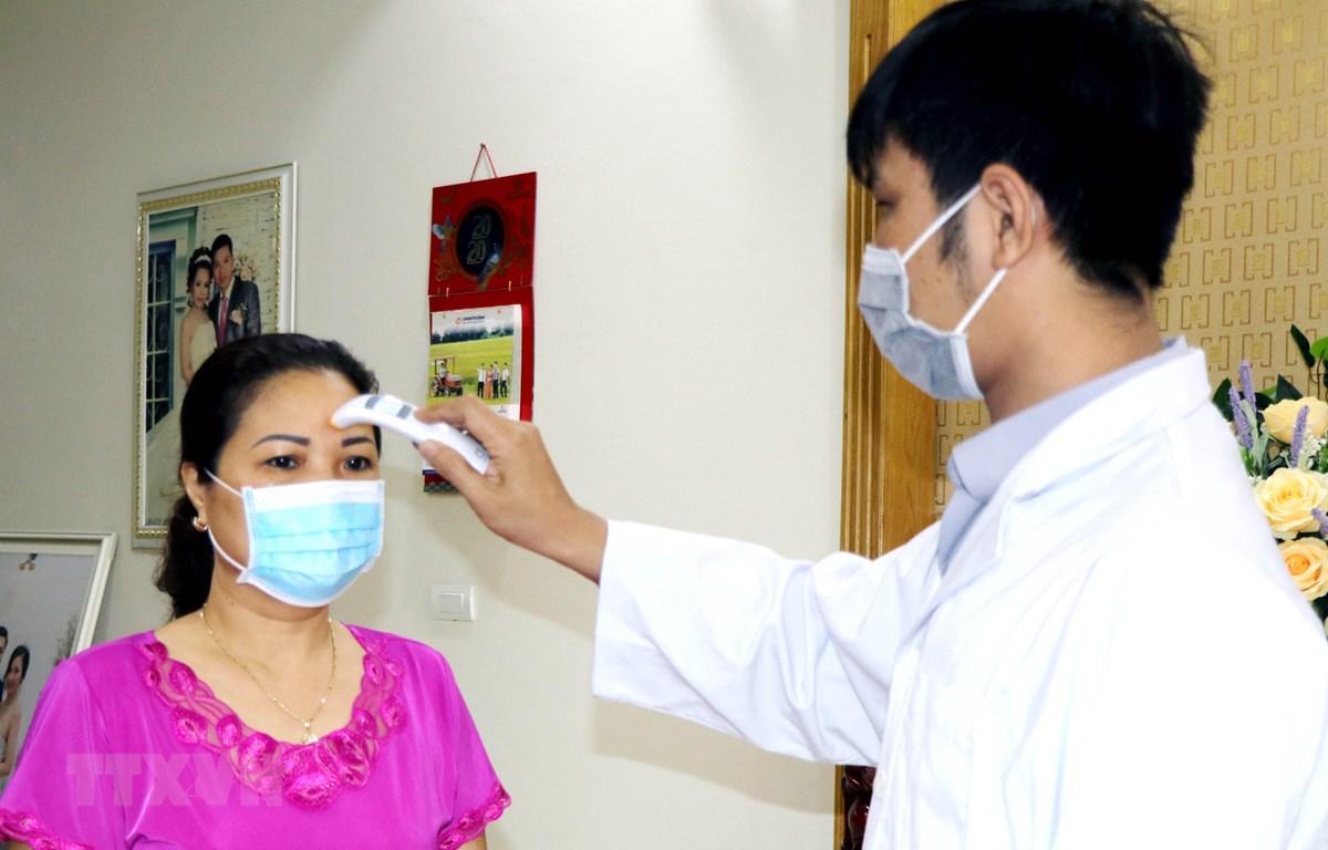 Nhân viên tế Trạm y tế phường Hồng Hà khám sức khỏe tại gia đình số nhà 18, đường Đặng Thùy Châm, thành phố Hạ Long. (Ảnh: Văn Đức/TTXVN)