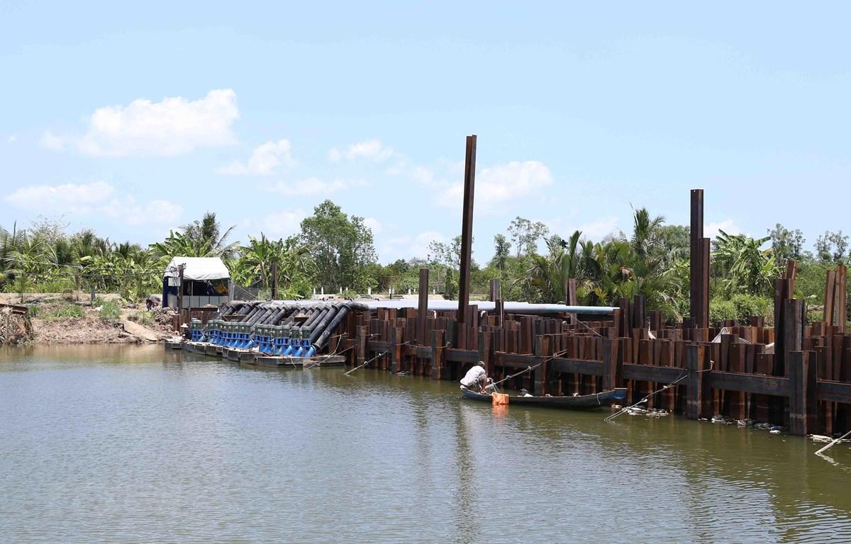 Đập ngăn mặn trên sông Tiền chảy qua địa bàn xã Song Thuận, huyện Châu Thành. (Ảnh: Vũ Sinh/TTXVN)