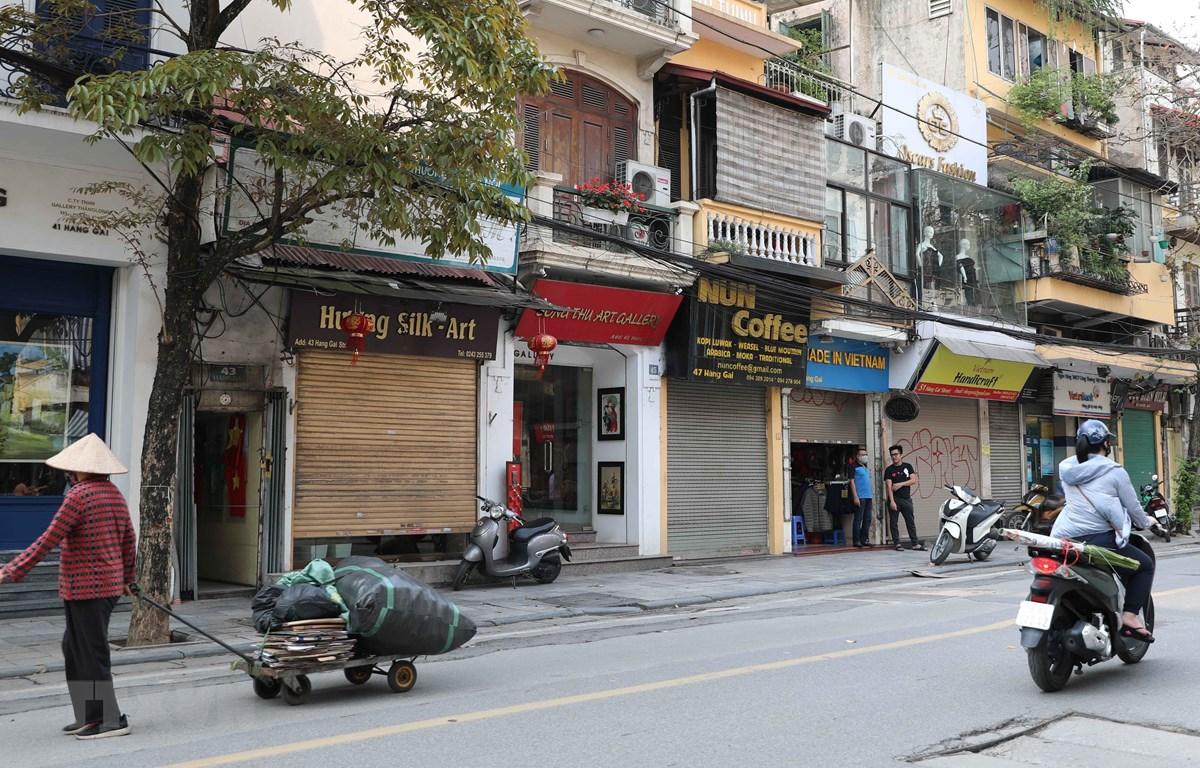 Từ sáng 24/3/2020, nhiều hộ kinh doanh trong khu vực phố cổ thuộc địa bàn quận Hoàn Kiếm đã đóng cửa, ngừng kinh doanh để hạn chế tập trung đông người. (Ảnh: Thanh Tùng/TTXVN)