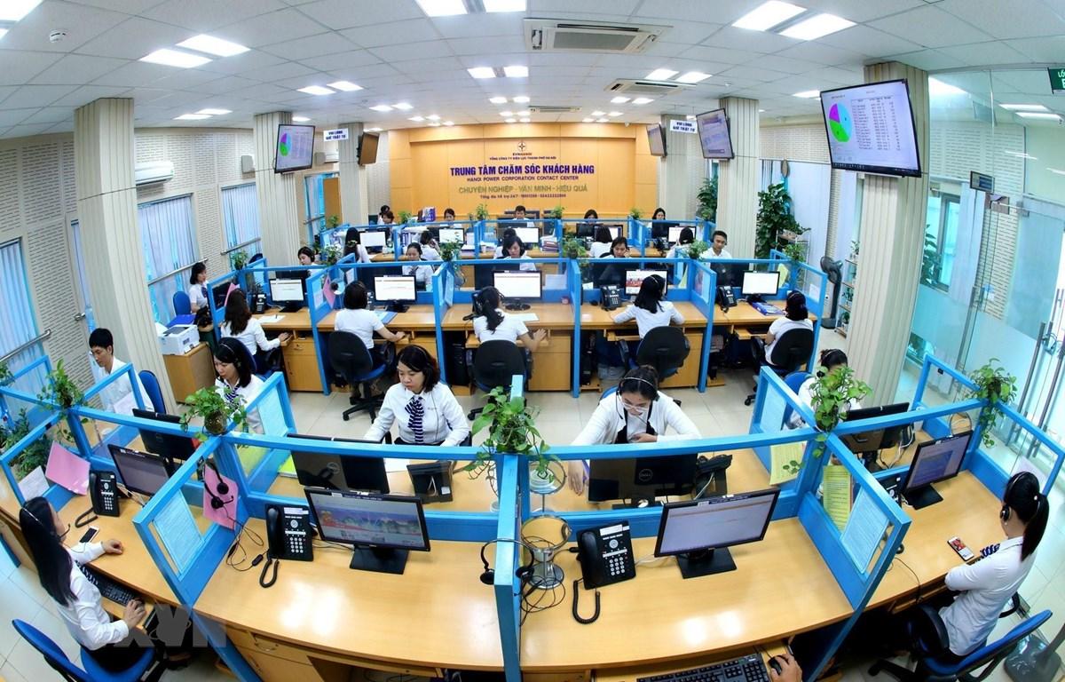 Các Trung tâm Chăm sóc khách hàng- nơi tiếp nhận thông tin và hướng dẫn khách hàng sử dụng các dịch vụ trực tuyến của ngành điện. (Ảnh: Ngọc Hà/TTXVN)
