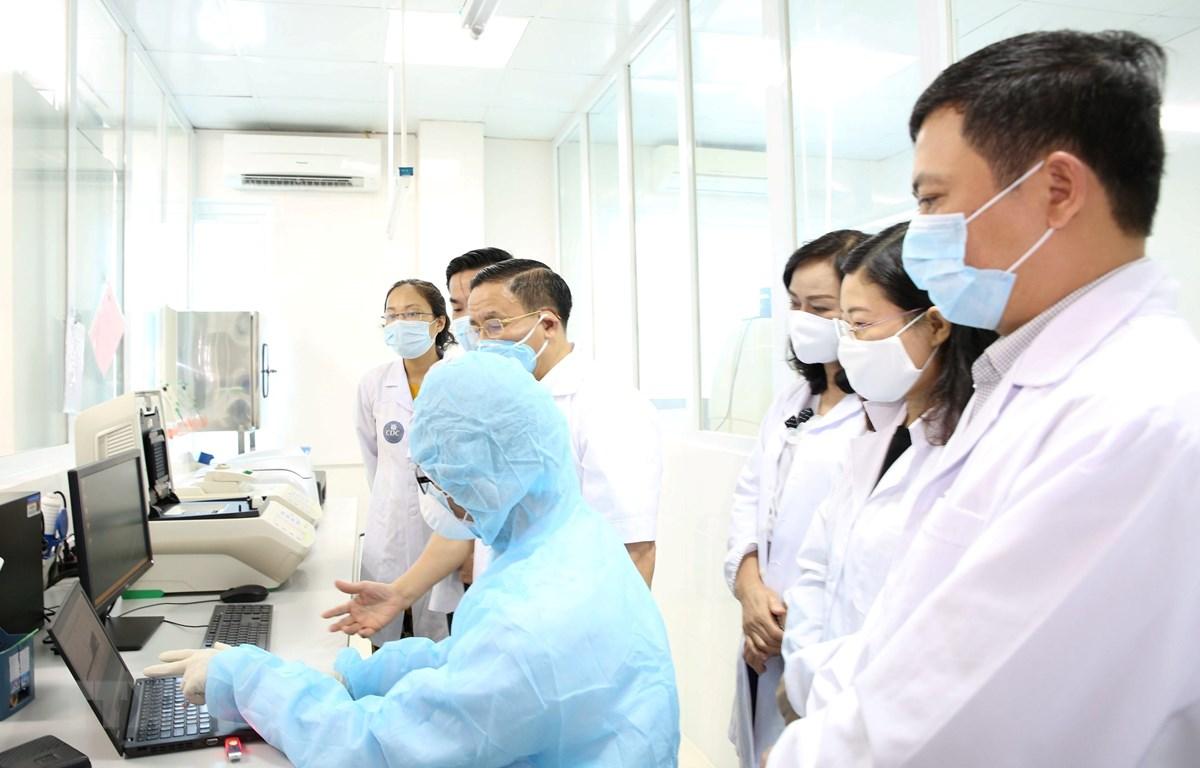 Lãnh đạo tỉnh Hà Tĩnh, Sở Y tế Hà Tĩnh kiểm tra phòng xét nghiệm. (Ảnh: Hoàng Ngà/TTXVN)