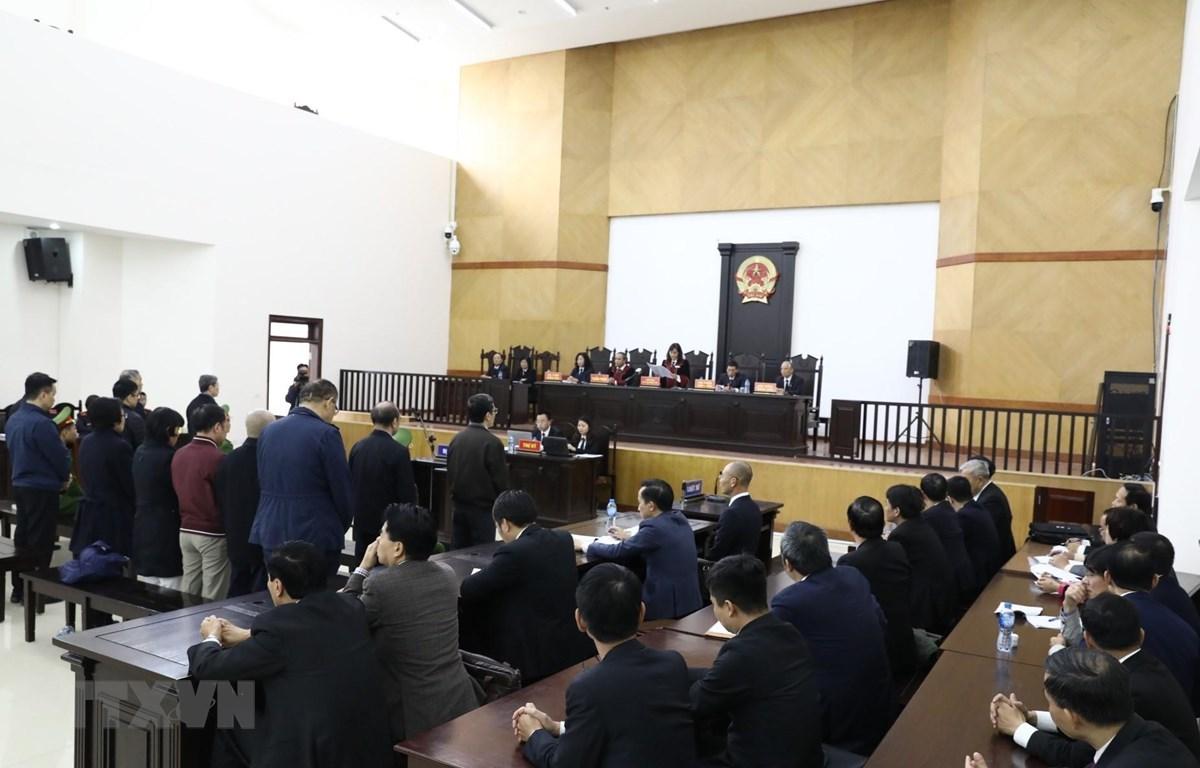 Các bị cáo nghe tòa tuyên án trong phiên xét xử ngày 28/12. (Ảnh: Văn Điệp/TTXVN)