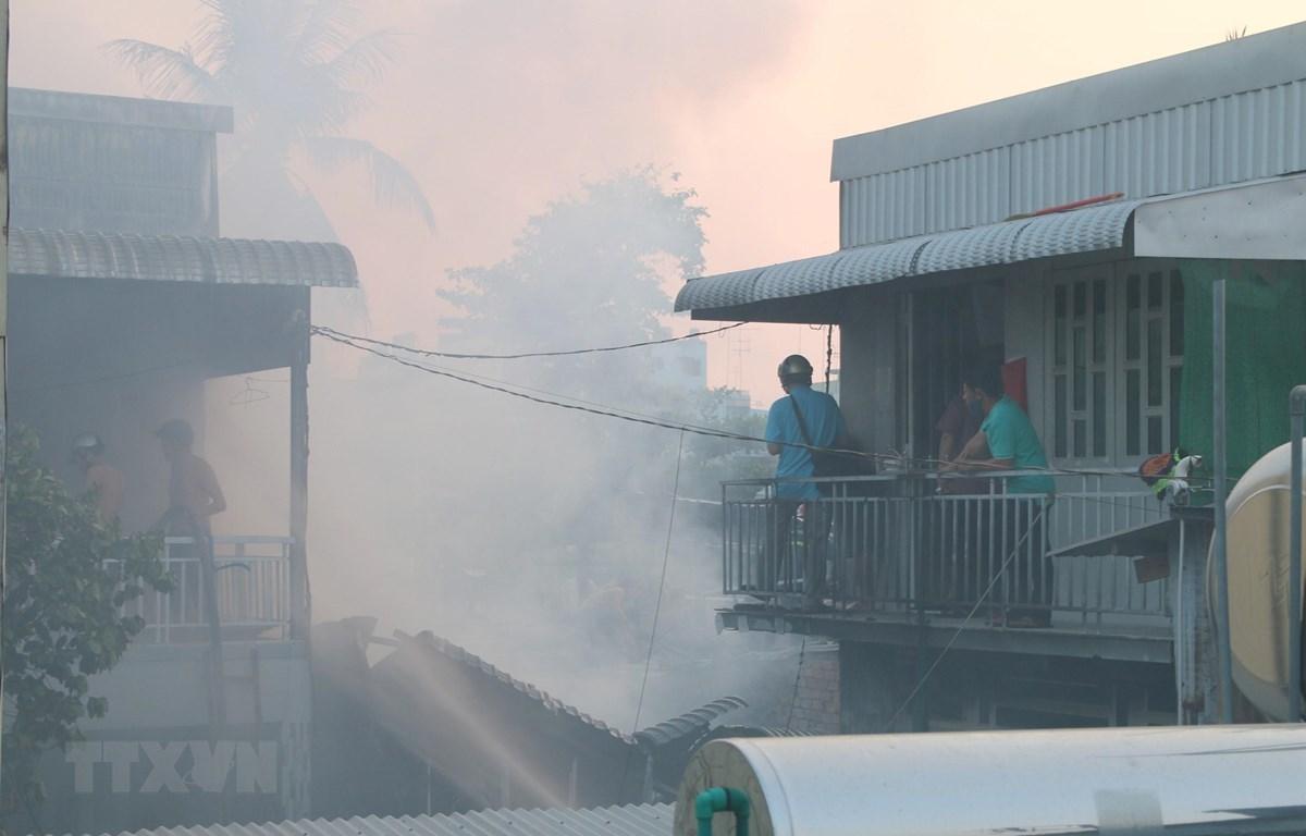 Đám cháy với cột khói cao bao trùm và lan ra cả các khu nhà liền kề của phường Mỹ Bình, thành phố Long Xuyên (An Giang). (Ảnh: Công Mạo/TTXVN)