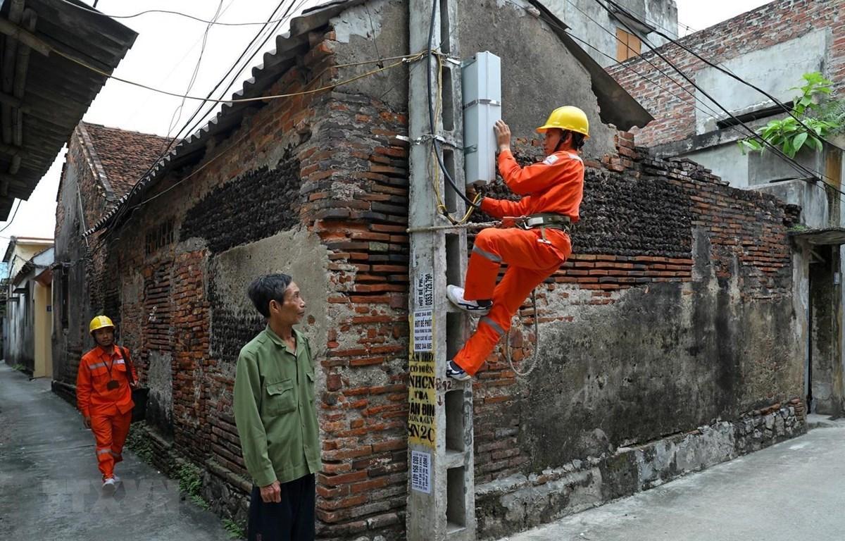 Công nhân Tổng Công ty Điện lực TP Hà Nội vận hành cung cấp điện cho các phụ tải trên địa bàn. (Ảnh: Ngọc Hà/TTXVN)