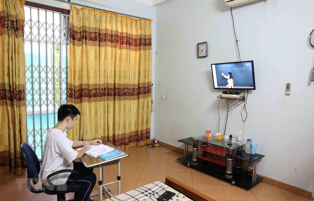Học sinh thành phố Bắc Ninh học trực tuyến qua truyền hình. (Ảnh: Thanh Thương/TTXVN)