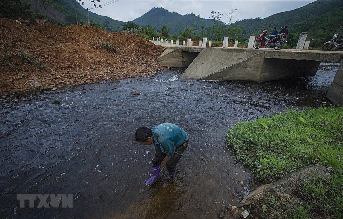 Công ty TNHH Sản xuất và Thương mại Thuận Phát (Hòa Bình) xả nước thải ra môi trường. (Ảnh: Trọng Đạt/TTXVN)