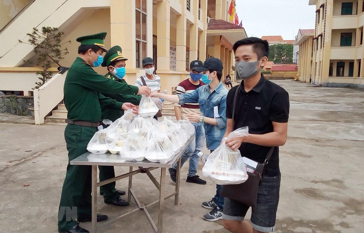 Những suất cơm được cán bộ chiến sỹ biên phòng Quảng Bình chuẩn bị tươm tất, chu đáo để trao cho công dân ăn trước khi lên xe về nhà. (Ảnh: Võ Dung -TTXVN)