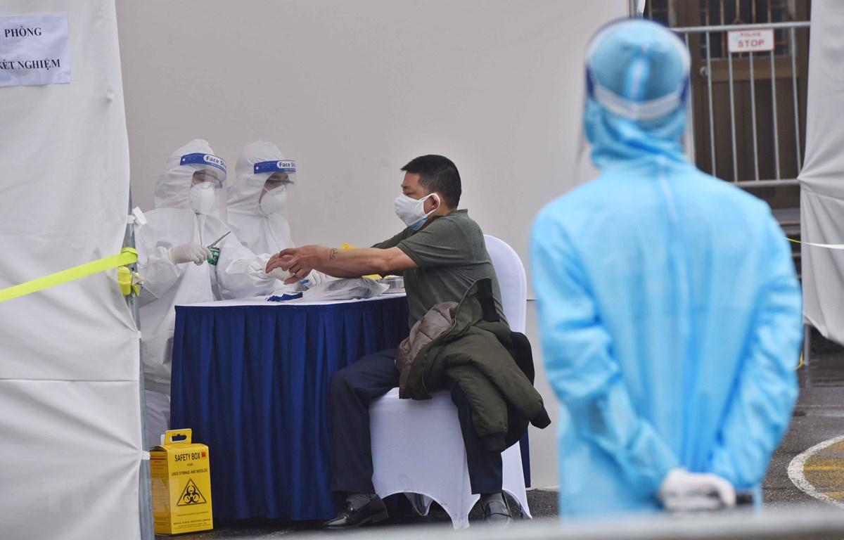Lấy mẫu xét nghiệm cho người dân tại trạm xét nghiệm nhanh COVID-19 Nhà văn hóa phường Yên Hòa, quận Cầu Giấy, ngày 3/4. (Ảnh: Minh Quyết/TTXVN)