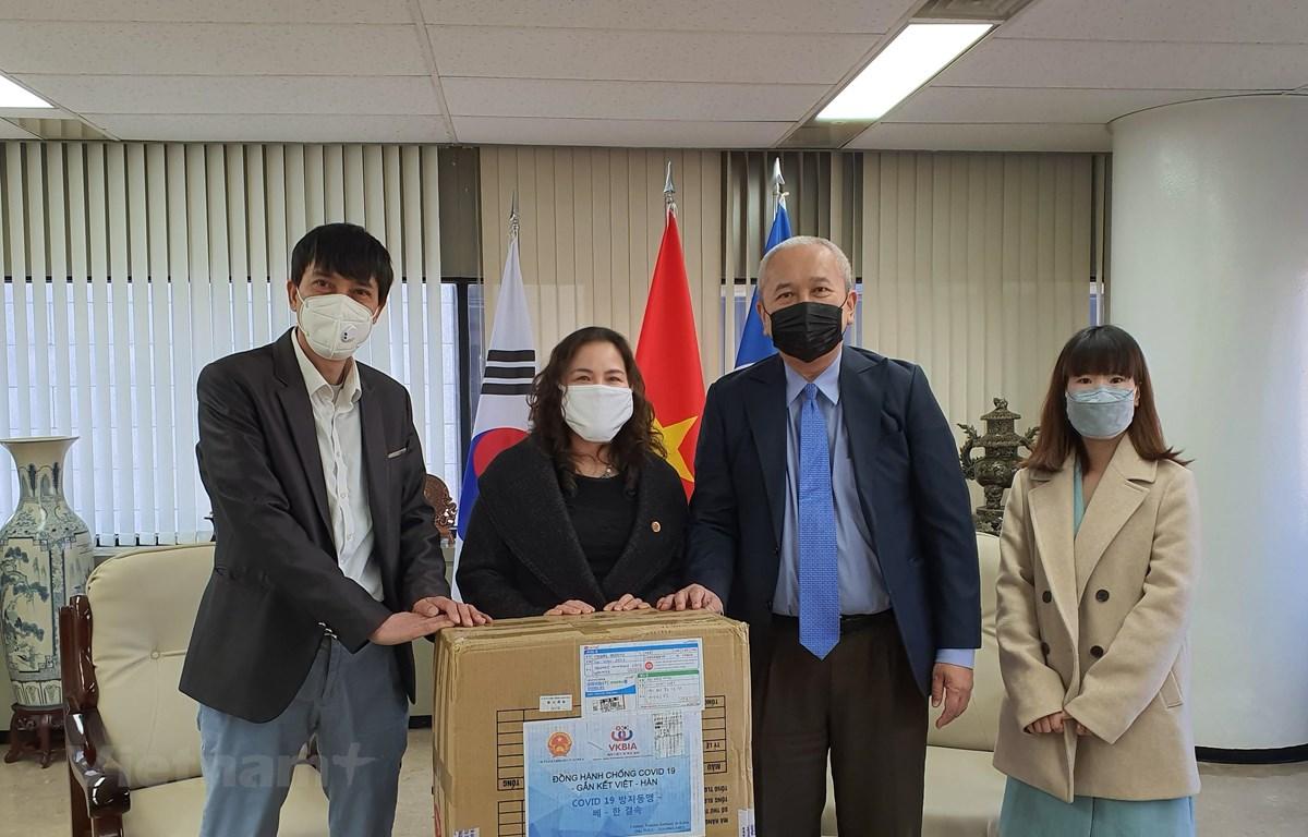 Đại diện VKBIA, VKEIA và Đại sứ Việt Nam tại Hàn Quốc Nguyễn Vũ Tú tặng khẩu trang. (Ảnh: Mạnh Hùng/Vietnam+)