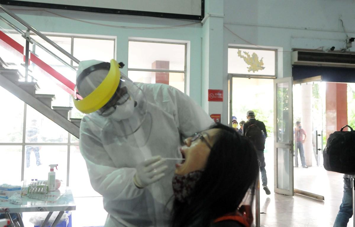 Nhân viên y tế lấy mẫu xét nghiệm virus SARS-Cov-2. (Ảnh: Tiến Lực/TTXVN)