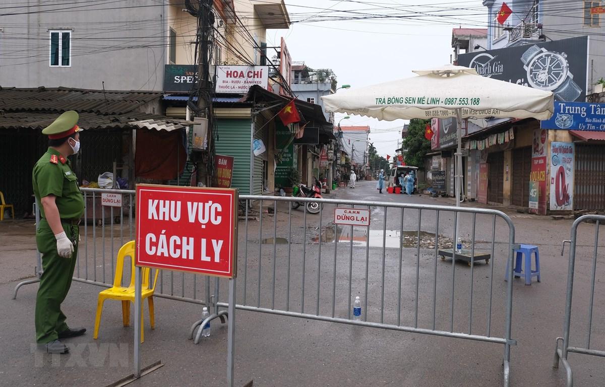 Thay vì xét nghiệm hàng loạt như Hàn Quốc, Việt Nam đã tập trung vào việc cách ly người mắc và truy tìm mọi mối tiếp xúc từ người bệnh. (Ảnh: Phạm Hùng/TTXVN phát)