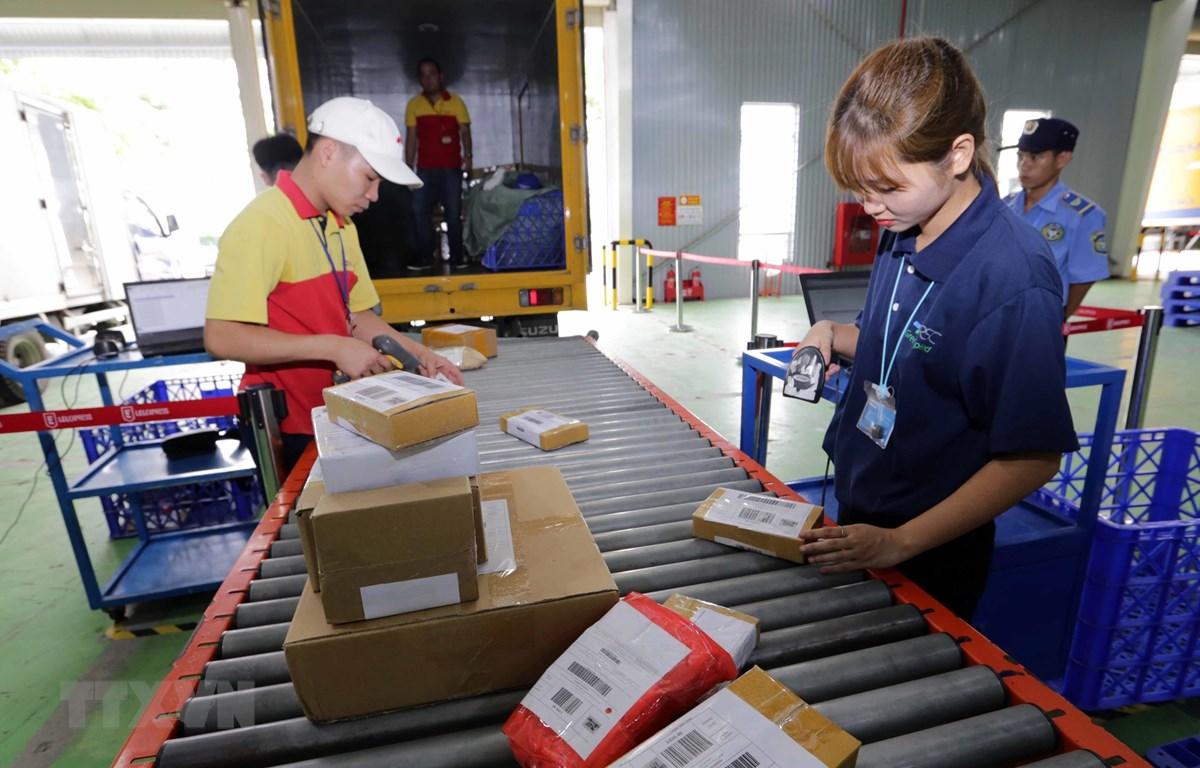 Nền kinh tế số, dựa trên các mối tương tác qua môi trường Internet, đã phát triển mạnh. Phân loại hàng hóa của hãng thương mại điện tử Lazada. (Ảnh: Trần Việt/TTXVN)