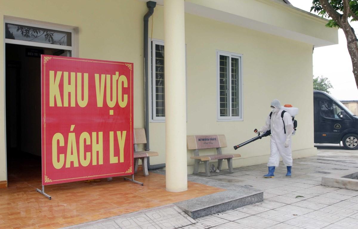 Lực lượng chức năng phun khử trùng nơi cách ly tại Bệnh viện Lao và Bệnh Phổi tỉnh Thái Nguyên. (Ảnh: Quân Trang/TTXVN)