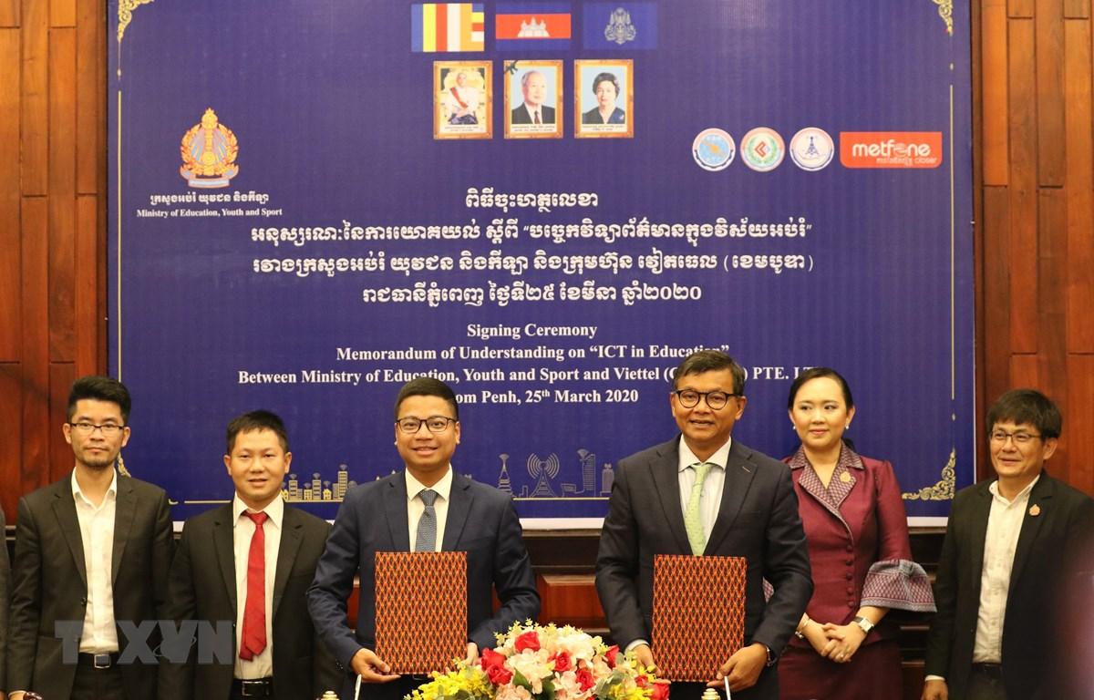 Metfone ký MOU cùng Bộ Giáo dục, Thanh niên và Thể thao Campuchia ngày 25/3 về giải pháp duy trì học tập của học sinh qua các kênh học trực tuyến trong thời kỳ dịch COVID-19. (Ảnh: TTXVN phát)