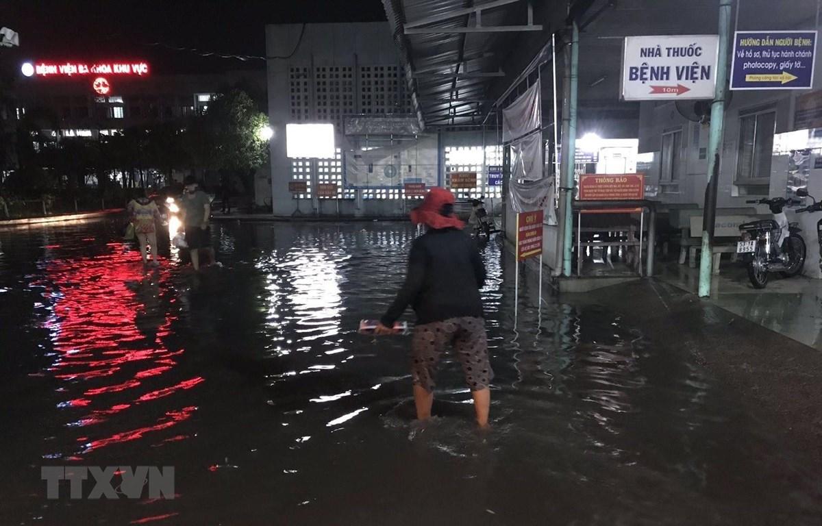 Mưa gây ngập nhiều khu vực trong Bệnh viện Đa khoa Khu vực huyện Hóc Môn. (Ảnh: TTXVN phát)