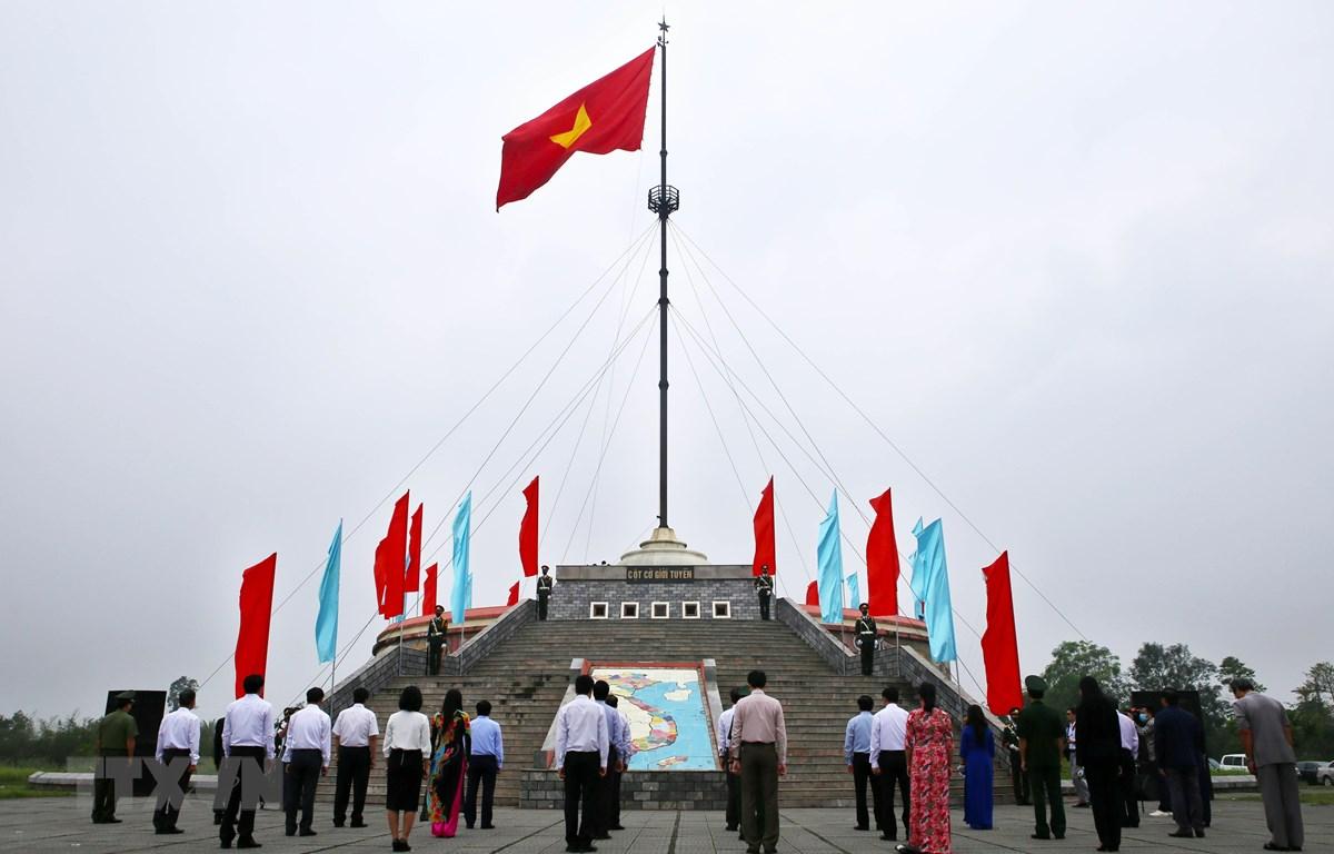 Lễ Thượng cờ tại Kỳ đài Hiền Lương-Bến Hải. (Ảnh: Hồ Cầu/TTXVN)