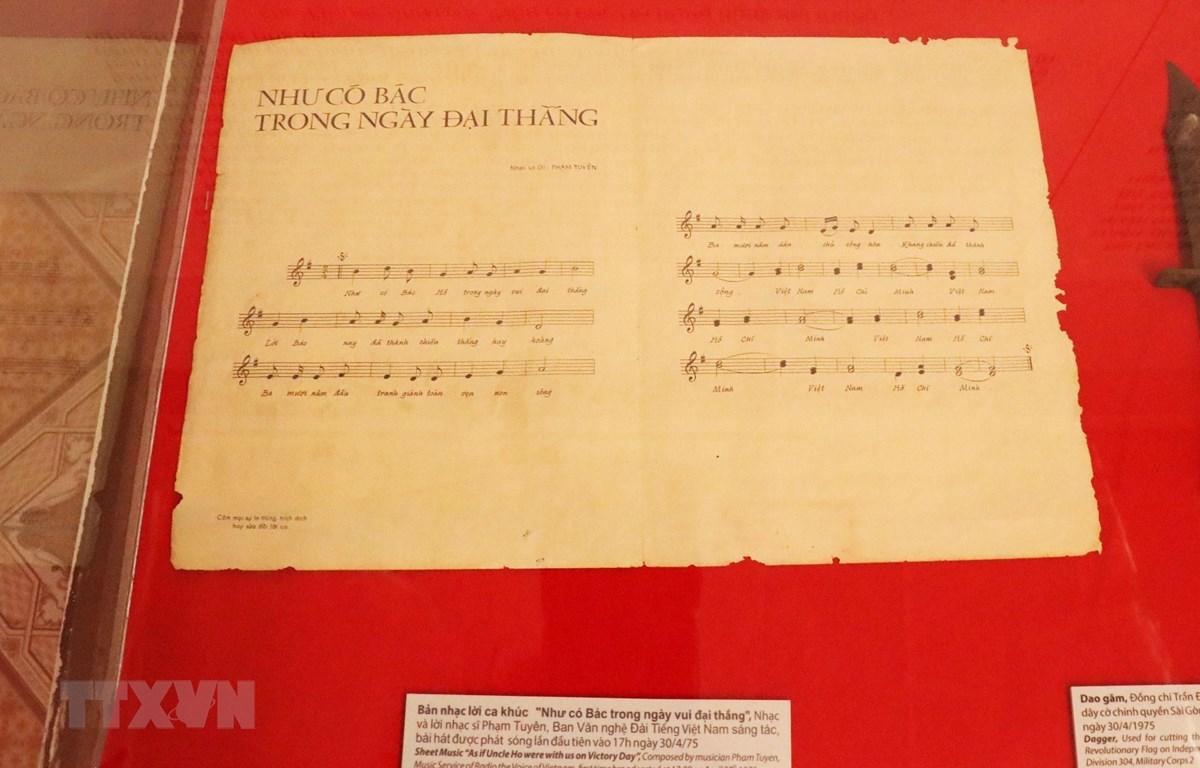"""Bản nhạc và lời bài hát """"Như có Bác trong ngày vui đại thắng"""" do nhạc sỹ Phạm Tuyên sáng tác và được phát sóng lên vào ngày 30/4/1975 được trưng bày tại Triển lãm. (Ảnh: Xuân Khu/TTXVN.)"""