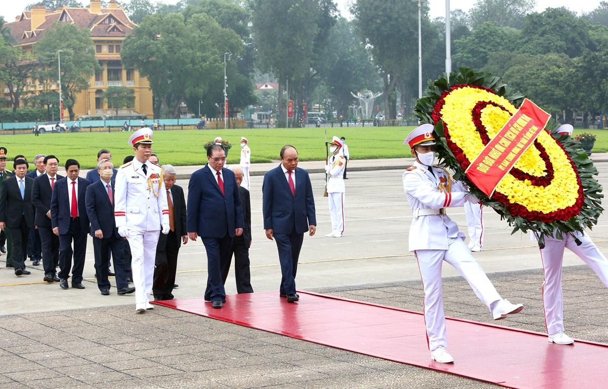 Đoàn đại biểu Lãnh đạo Đảng, Nhà nước đặt vòng hoa và vào Lăng viếng Chủ tịch Hồ Chí Minh. (Ảnh: Dương Giang/TTXVN)