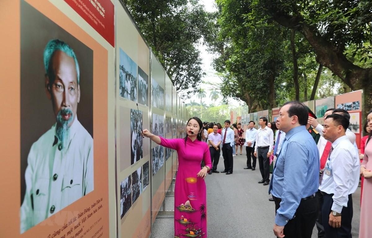 Các đại biểu tham quan triển lãm ảnh về Chủ tịch Hồ Chí Minh tại Khu di tích Chủ tịch Hồ Chí Minh. (Ảnh: Thành Đạt/TTXVN)