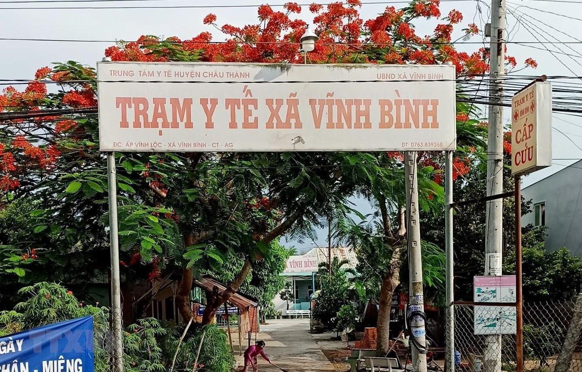 Trạm y tế xã Vĩnh Bình (Châu Thành, An Giang) nơi đang thực hiện cách ly tập trung đối với hai em học sinh và bà ngoại. (Ảnh: Công Mạo/TTXVN)