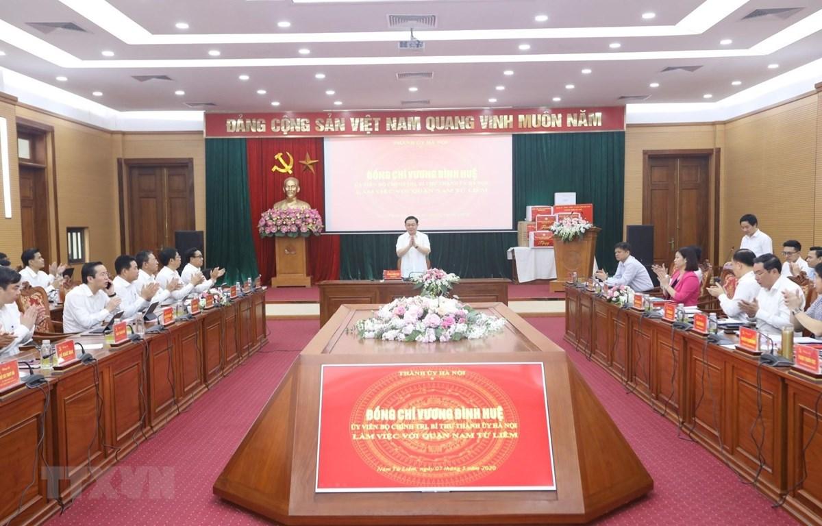 Bí thư Thành ủy Hà Nội Vương Đình Huệ chủ trì buổi làm việc với Ban Thường vụ Quận ủy Nam Từ Liêm. (Ảnh: Văn Điệp/TTXVN)