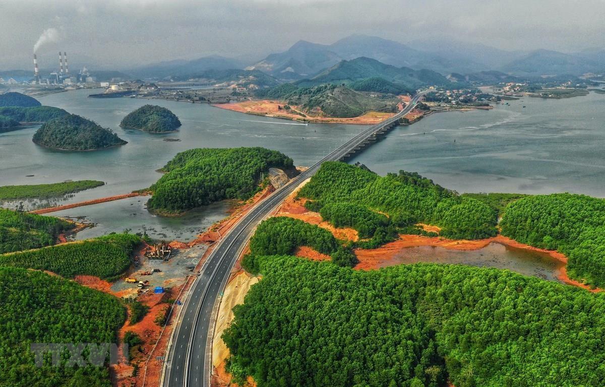 Tuyến đường cao tốc Hạ Long-Vân Đồn (Quảng Ninh). (Ảnh: TTXVN phát)