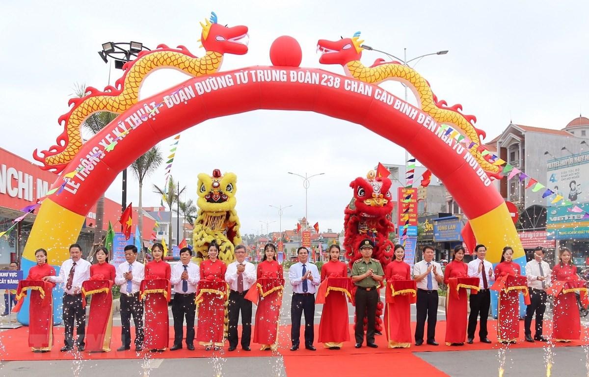 Chủ tịch Ủy ban Nhân dân thành phố Hải Phòng Nguyễn Văn Tùng cùng các đại biểu cắt băng thông thông xe kỹ thuật tuyến đường. (Ảnh: Minh Thu/TTXVN)