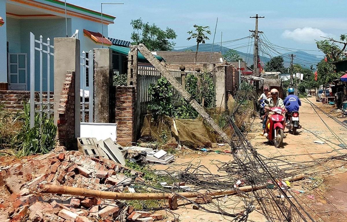 Dông lốc làm nhiều gia đình bị thiệt hại về tài sản tại Phú Thọ. (Ảnh: Trung Kiên/TTXVN)