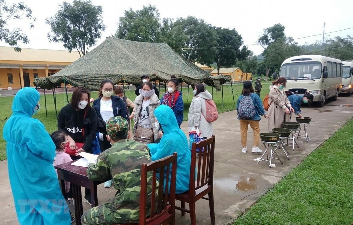 Tiếp nhận công dân từ các nước về để cách ly tập trung tại Sư đoàn 390 (Quân đoàn I). (Ảnh: Hoa Mai/TTXVN)