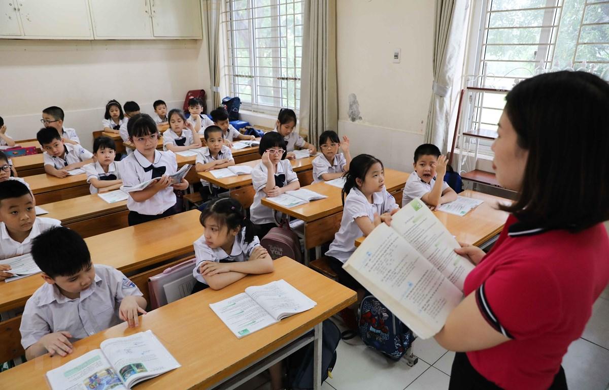 Học sinh Trường Tiểu học Nghĩa Tân, quận Cầu Giấy vào giờ học đầu tiên tại trường sau thời gian dài nghỉ ở nhà. (Ảnh: Thanh Tùng/TTXVN)